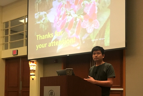 "Qiu Zhi-Jing presenting his program ""Petrocosmeas at Fairy Lake Botanical Garden"""