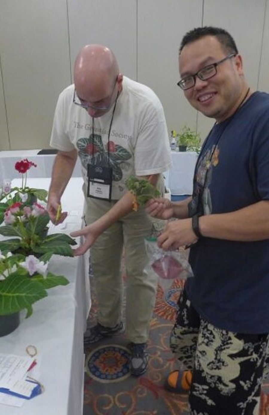 Jay Sespico sharing cuttings of his show plants at breakdown with Wen Fang